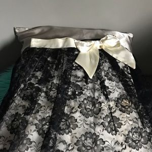 Lace black and off white skirt